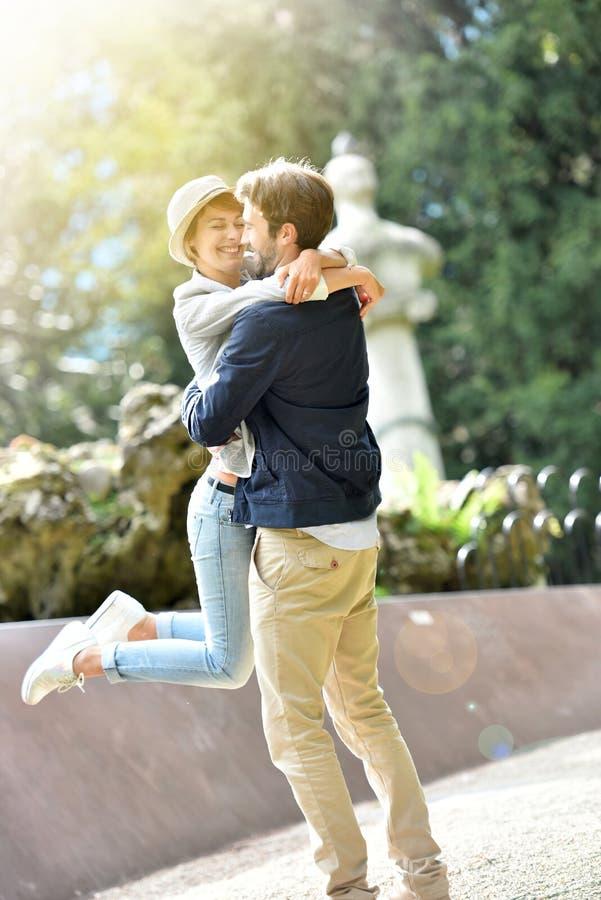 Gelukkig paar in liefde in openlucht stock foto