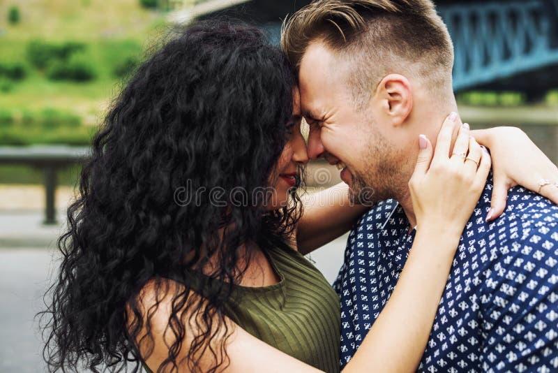 Gelukkig paar in liefde in openlucht en glimlachend royalty-vrije stock foto's