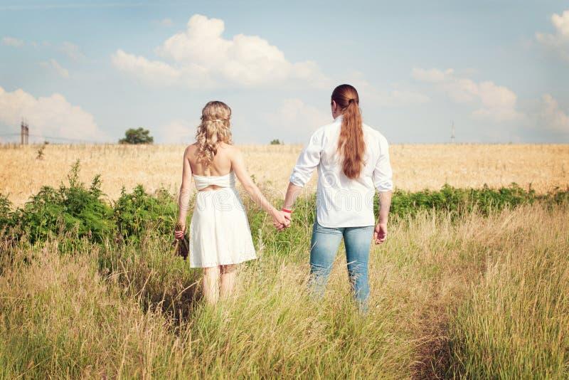Gelukkig Paar in Liefde - Romantische Verhouding - Valentijnskaartendag royalty-vrije stock foto's