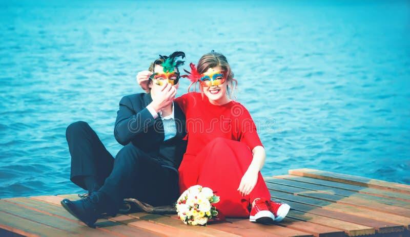 Download Gelukkig Paar In Maskerademaskers Tegen Een Turkoois Meer Stock Afbeelding - Afbeelding bestaande uit bruid, decoratie: 107708189