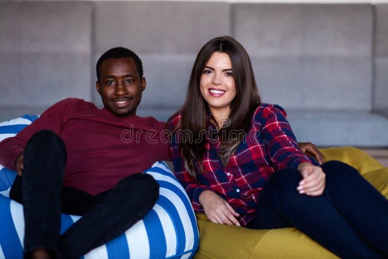 Gelukkig paar met computertablet en smartphone op een bank royalty-vrije stock fotografie