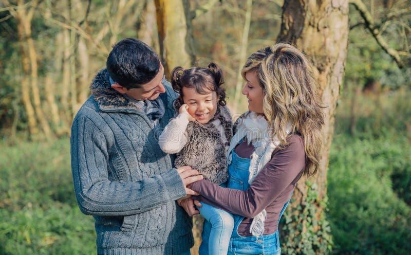 Gelukkig paar met dochter samen van het genieten royalty-vrije stock afbeeldingen