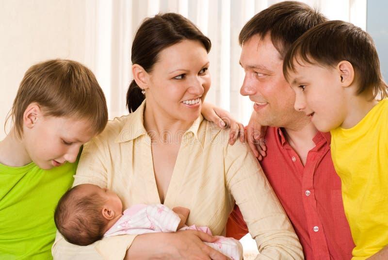 Gelukkig paar met drie kinderen stock foto