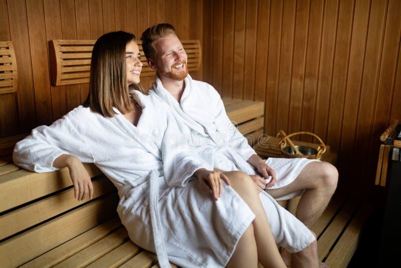 Gelukkig paar met een stoombad in een sauna stock foto's