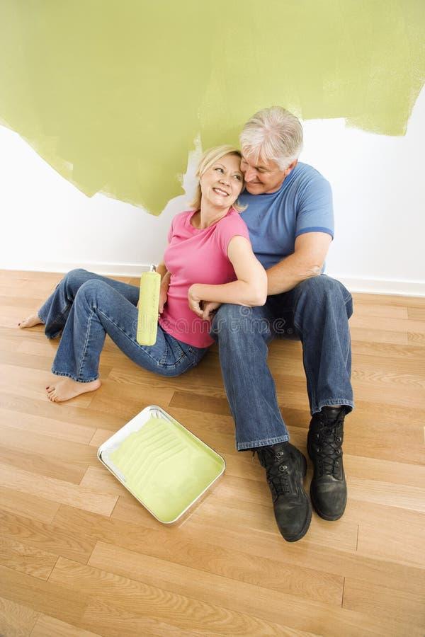 Gelukkig paar met het schilderen van werktuigen. royalty-vrije stock foto