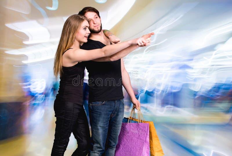 Gelukkig paar met het winkelen zakken stock foto