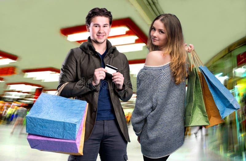 Gelukkig paar met het winkelen zakken in de wandelgalerij royalty-vrije stock foto