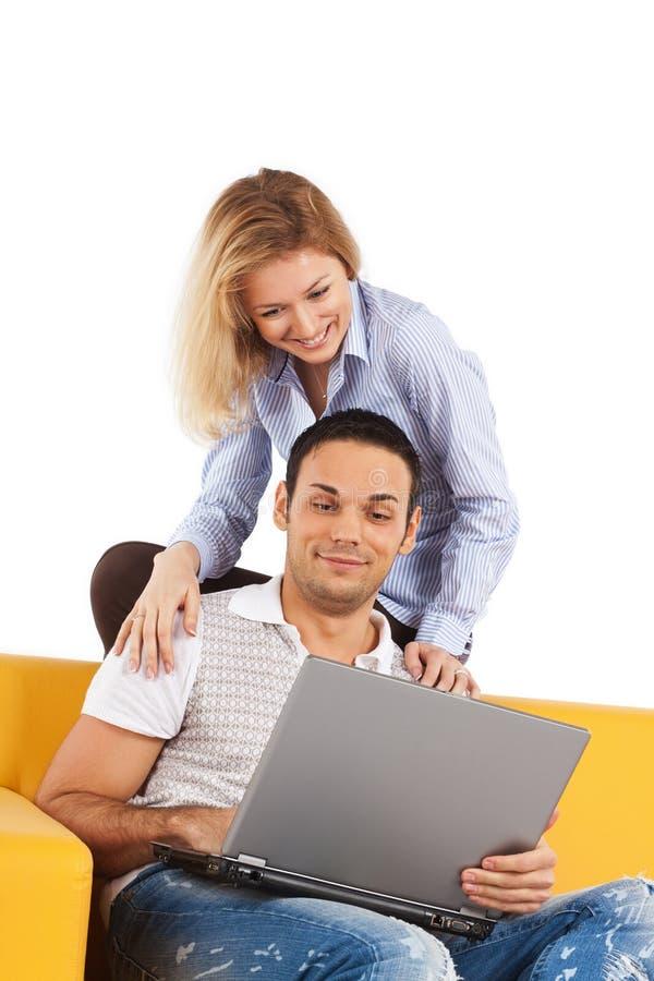 Gelukkig paar met laptop computer royalty-vrije stock foto