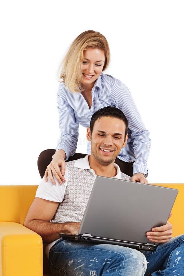 Gelukkig paar met laptop computer stock fotografie