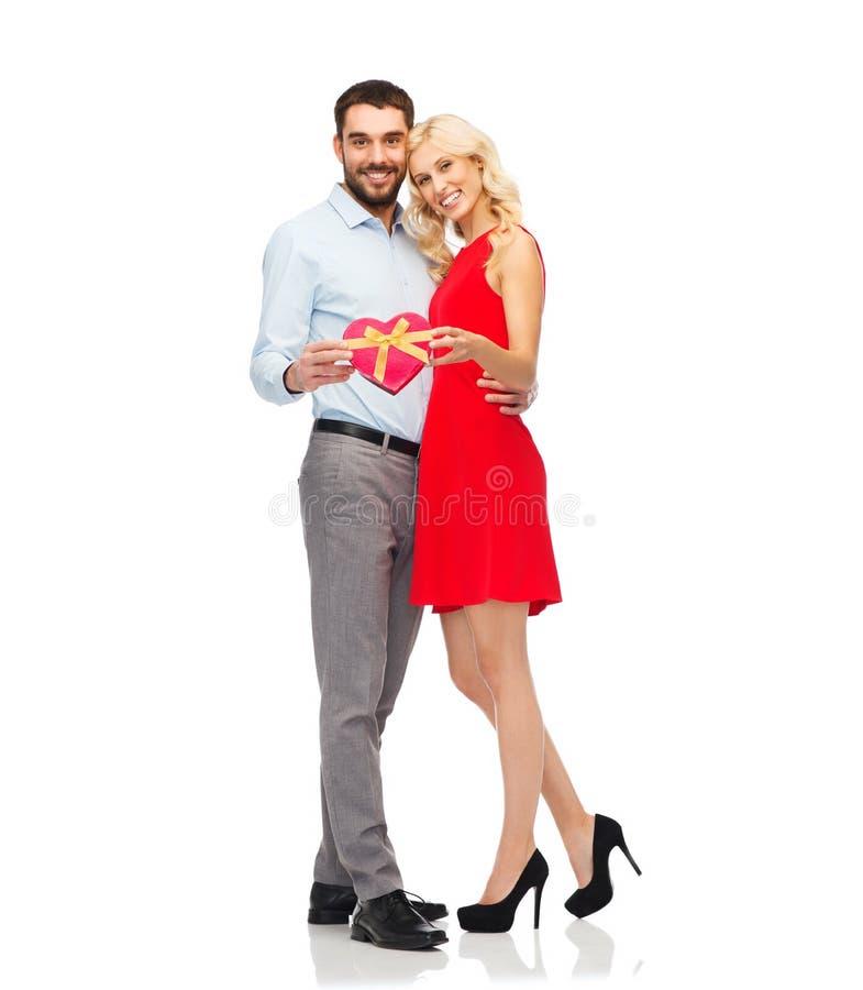 Gelukkig paar met rode hart gevormde giftdoos stock fotografie
