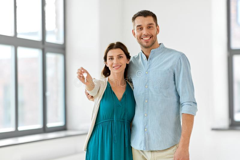 Gelukkig paar met sleutels van nieuw huis stock foto's