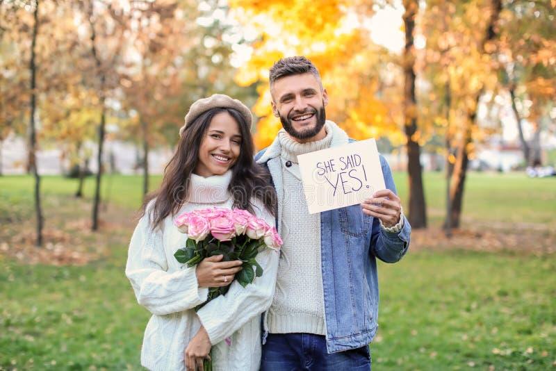Gelukkig paar na het doen van voorstel in de herfstpark royalty-vrije stock foto