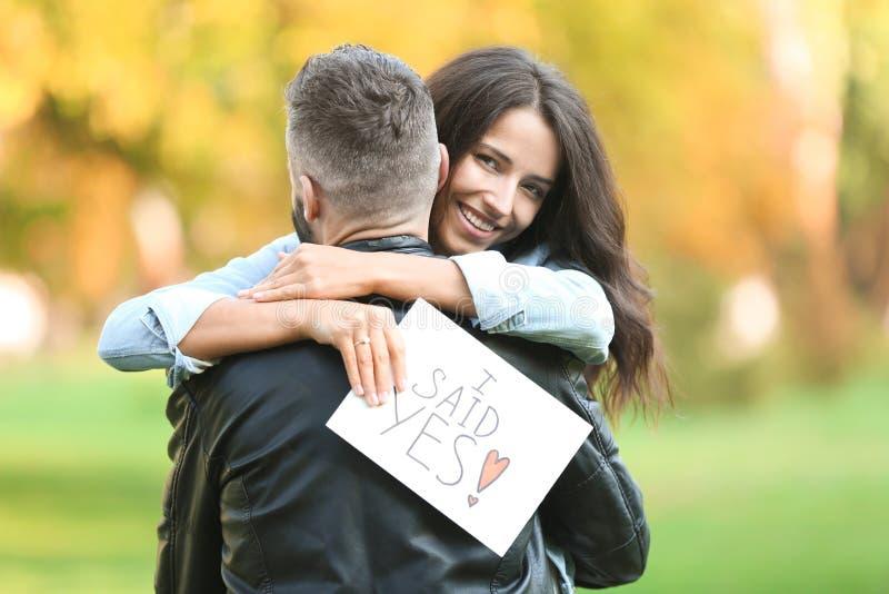 Gelukkig paar na het doen van voorstel in de herfstpark royalty-vrije stock afbeelding
