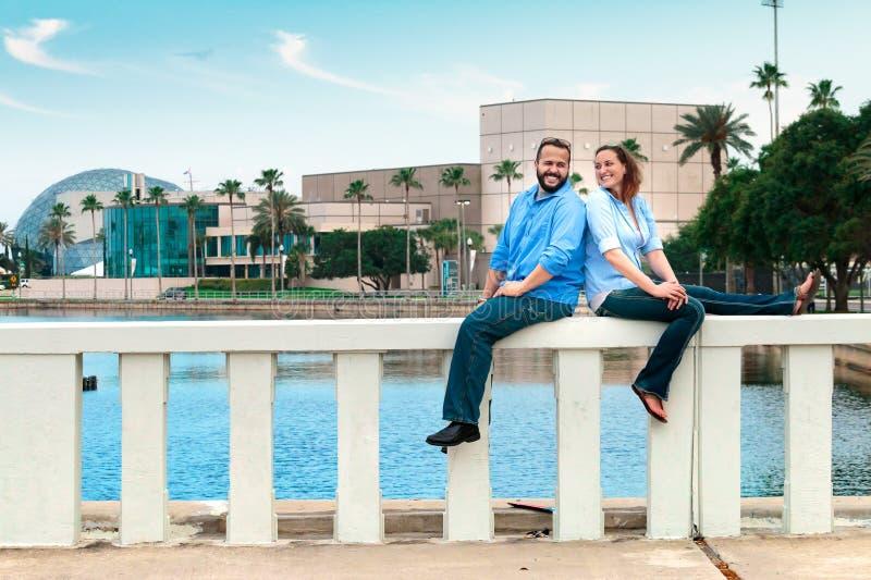 Gelukkig Paar onder een Blauwe Hemel royalty-vrije stock foto's