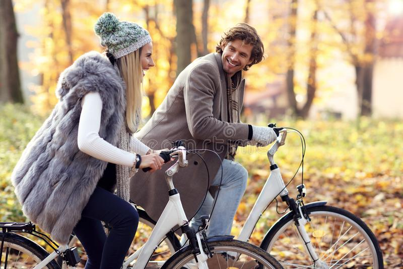 Gelukkig paar op fietsen in bos tijdens dalingstijd royalty-vrije stock foto's