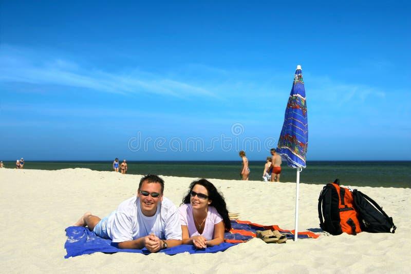 Gelukkig Paar op het Strand stock fotografie