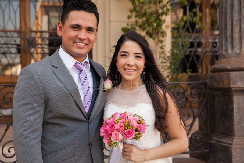 Gelukkig paar op hun huwelijksdag stock fotografie
