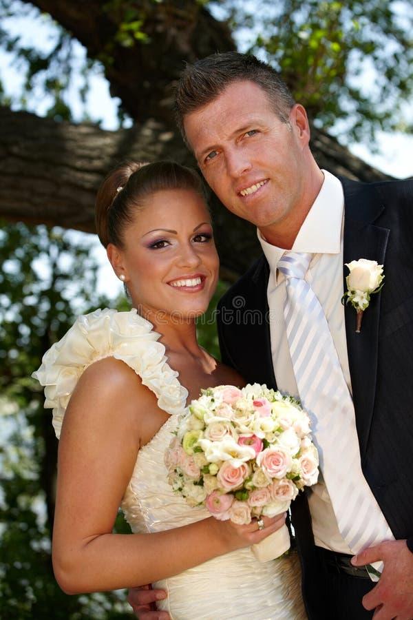 Gelukkig paar op huwelijk-dag stock afbeeldingen