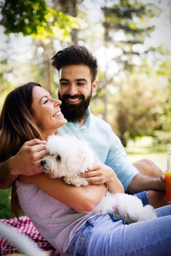 Gelukkig paar op vakantie De minnaars genieten van elkaar in het park, picknick royalty-vrije stock foto's