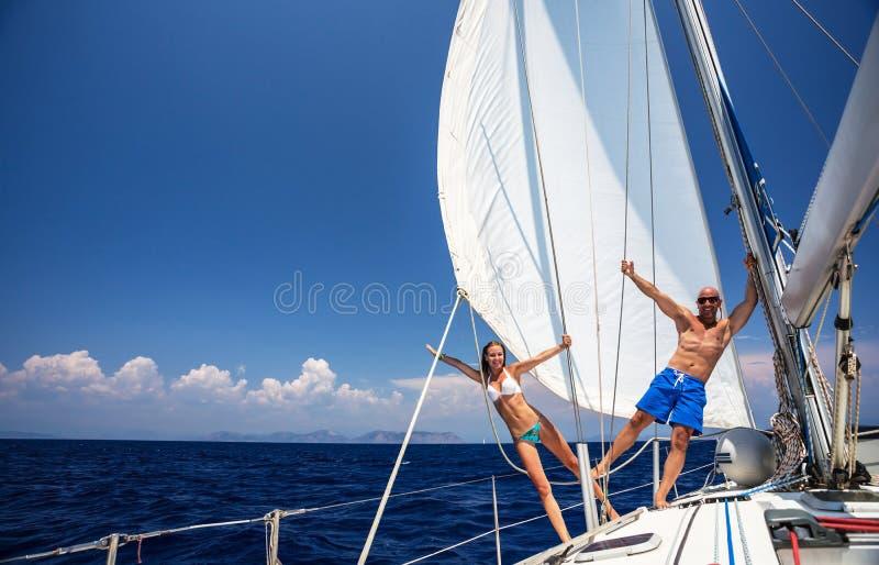 Gelukkig paar op zeilboot stock afbeelding