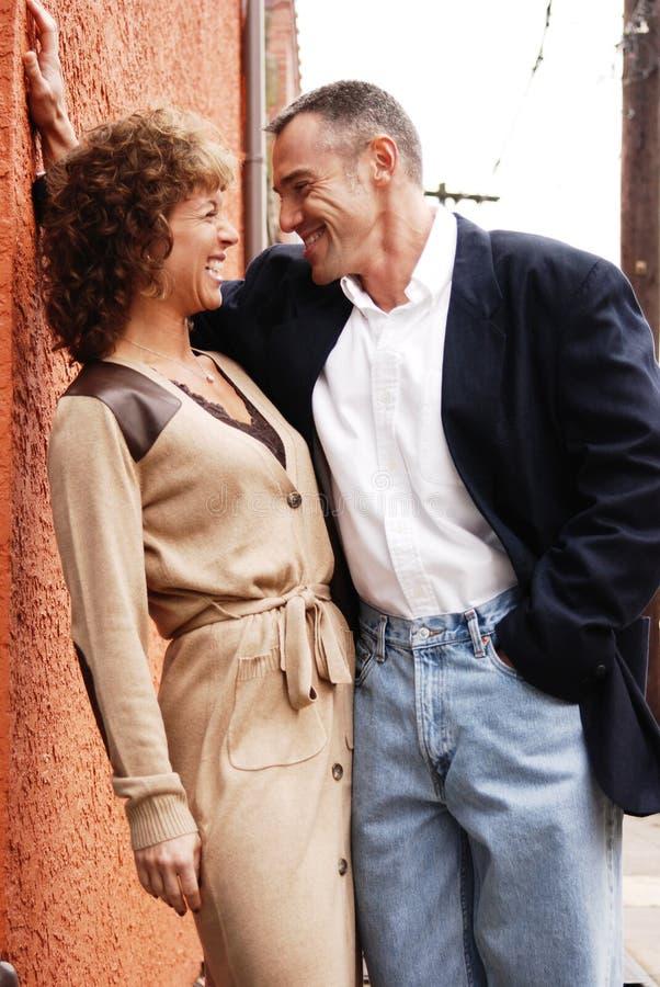 Gelukkig paar in openlucht royalty-vrije stock foto