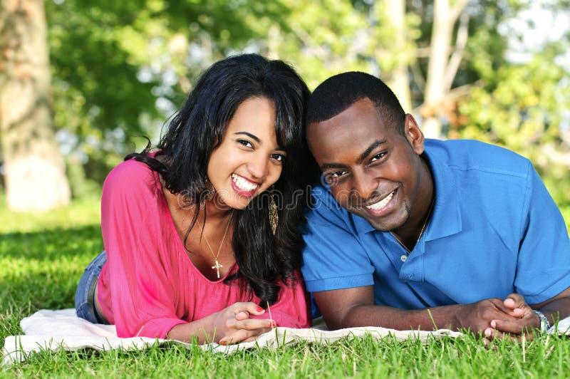 Gelukkig paar in park stock afbeeldingen