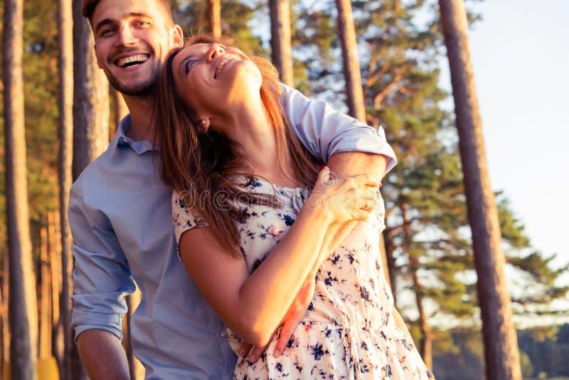 Gelukkig paar in pret hebben in openlucht en liefde die glimlachen royalty-vrije stock afbeeldingen