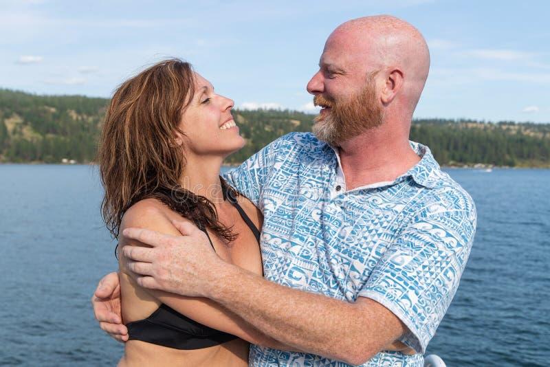 Gelukkig paar samen bij een meer royalty-vrije stock afbeelding