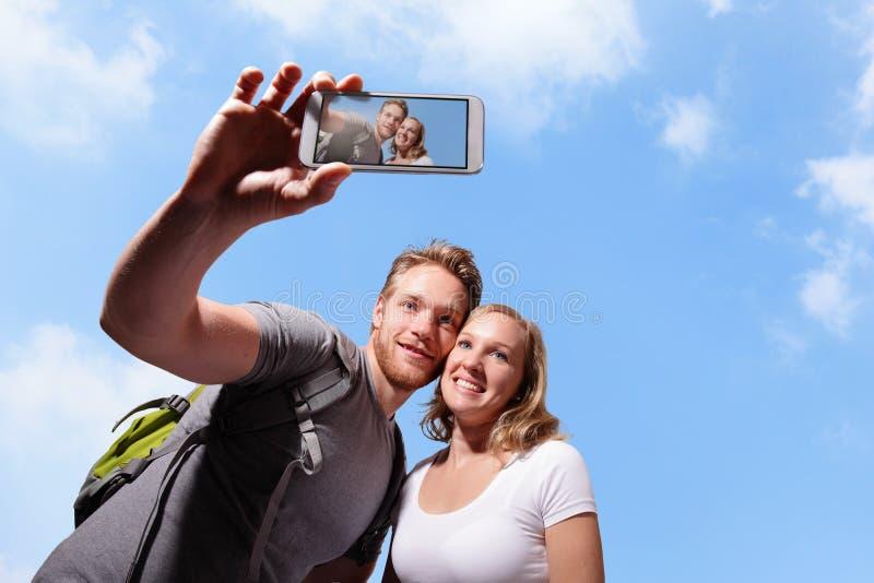 Gelukkig paar selfie door slimme telefoon royalty-vrije stock foto