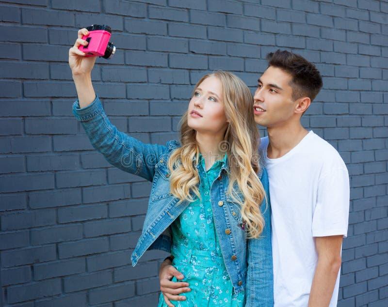 Gelukkig paar selfie selfportrait Mooi jong multiraciaal reispaar die pret hebben Spaanse mens, Kaukasisch meisje royalty-vrije stock foto's