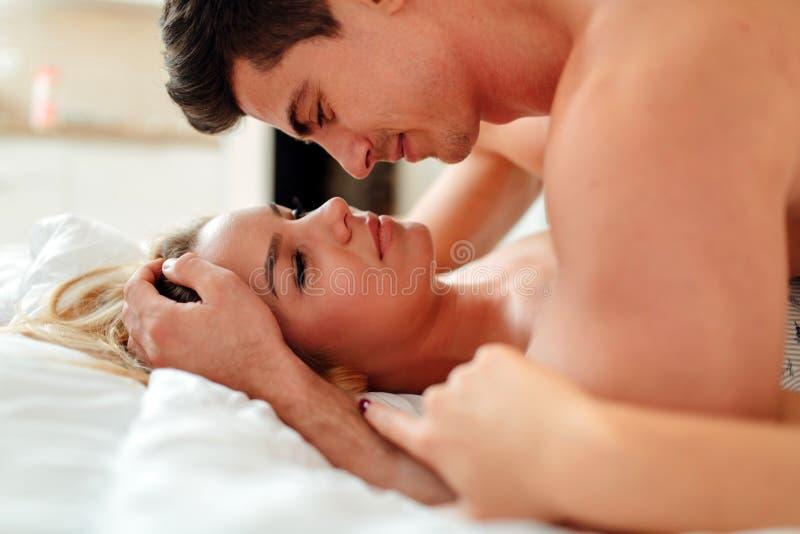Gelukkig paar in slaapkamer royalty-vrije stock fotografie