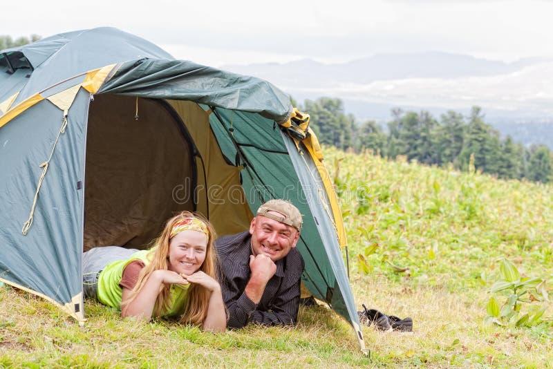 Gelukkig paar in tent royalty-vrije stock afbeelding