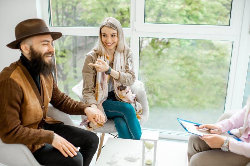 Gelukkig paar tijdens de psychologietherapie binnen royalty-vrije stock afbeelding