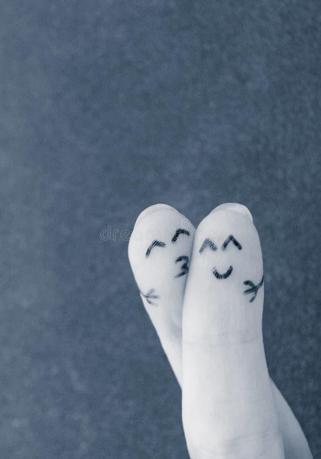 Gelukkig paar Twee vingers in liefde met geschilderde smiley royalty-vrije stock afbeeldingen