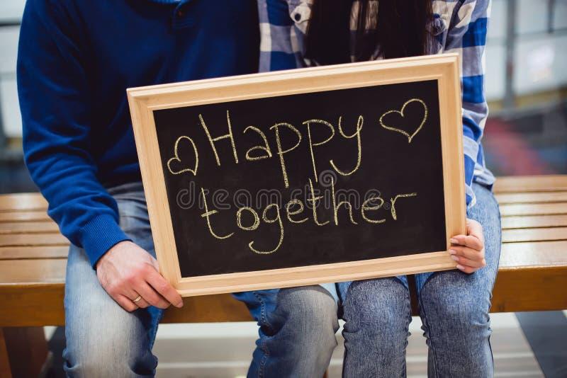 Gelukkig paar van jongeren in liefde stock foto