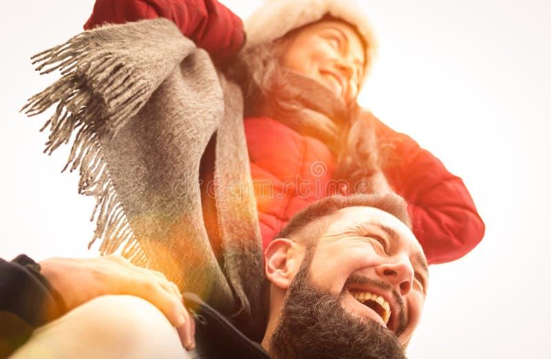 Gelukkig paar van reizigers in liefde die de winter van tijd in openlucht genieten stock foto's