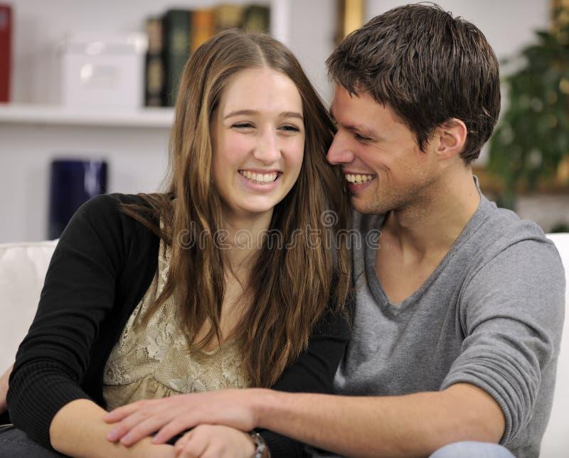 Gelukkig paar in woonkamer royalty-vrije stock afbeelding