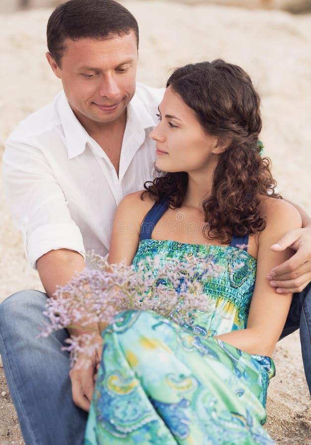 Gelukkig paarportret op strand stock fotografie
