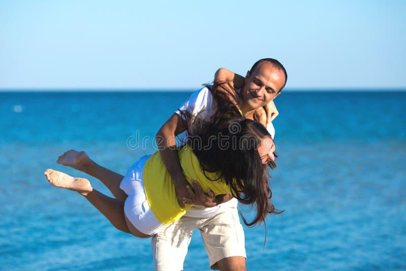 Gelukkig paarportret op strand stock afbeelding