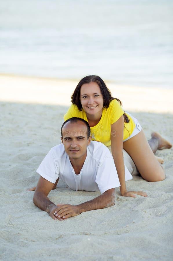 Gelukkig paarportret op strand stock afbeeldingen