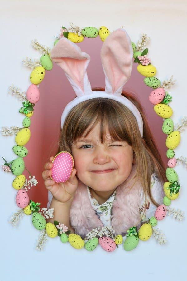 Gelukkig Pasen-jong geitje Het concept van de vakantie Eijacht Het knipogen konijntje stock foto