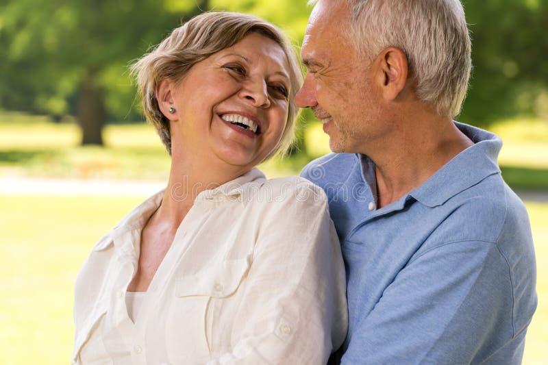 Gelukkig pensionerings hoger paar die samen lachen royalty-vrije stock fotografie