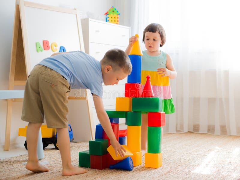 Gelukkig peuterkinderenspel met stuk speelgoed blokken stock fotografie