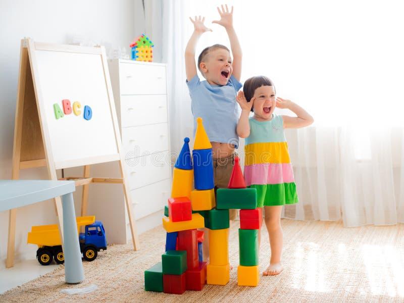 Gelukkig peuterkinderenspel met stuk speelgoed blokken stock foto