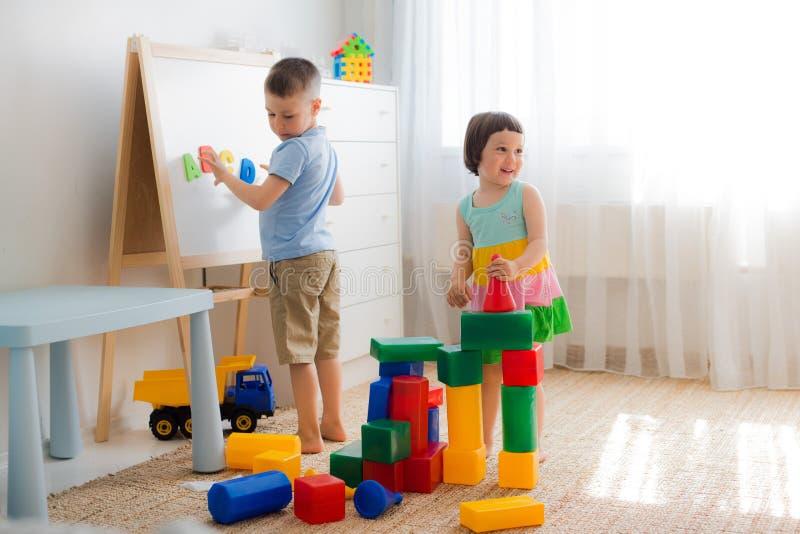 Gelukkig peuterkinderenspel met stuk speelgoed blokken royalty-vrije stock foto's