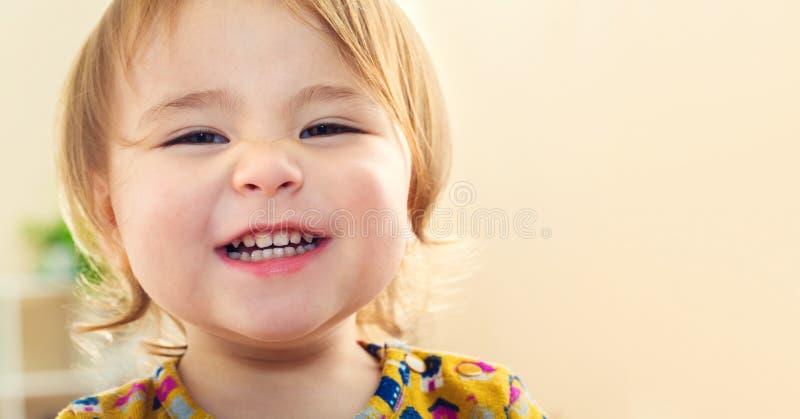 Gelukkig peutermeisje met een grote mooie glimlach stock foto