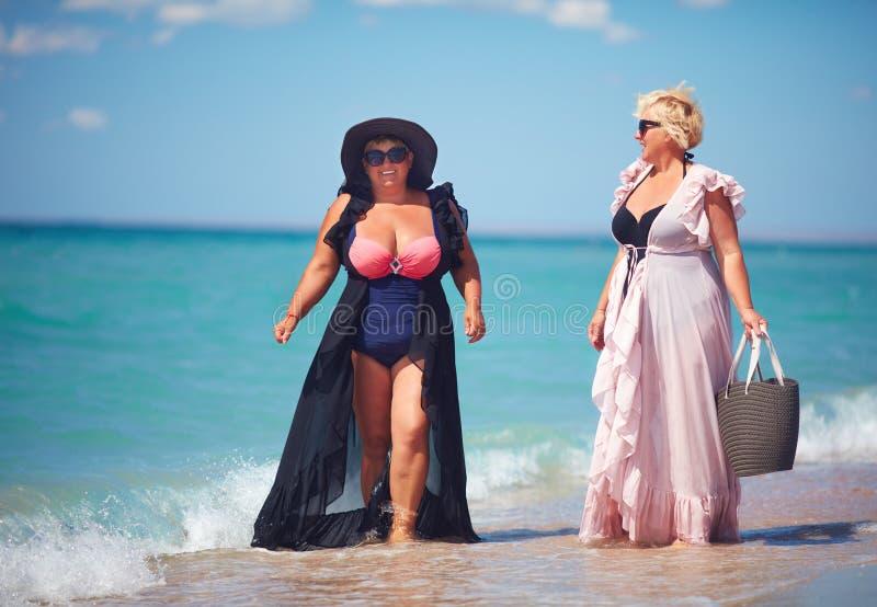 Gelukkig plus suze, genieten de volwassen vrouwen de zomer van vakantie bij het strand stock foto's
