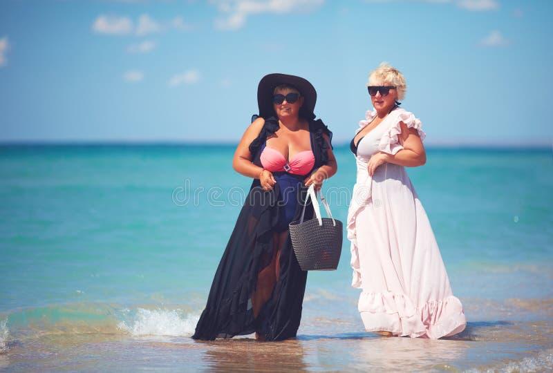 Gelukkig plus suze, genieten de volwassen vrouwen de zomer van vakantie bij het strand royalty-vrije stock afbeelding