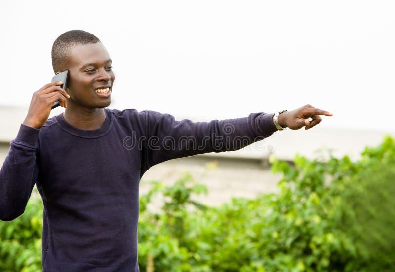 Gelukkig portret van de jonge mens in mededeling, stock foto's