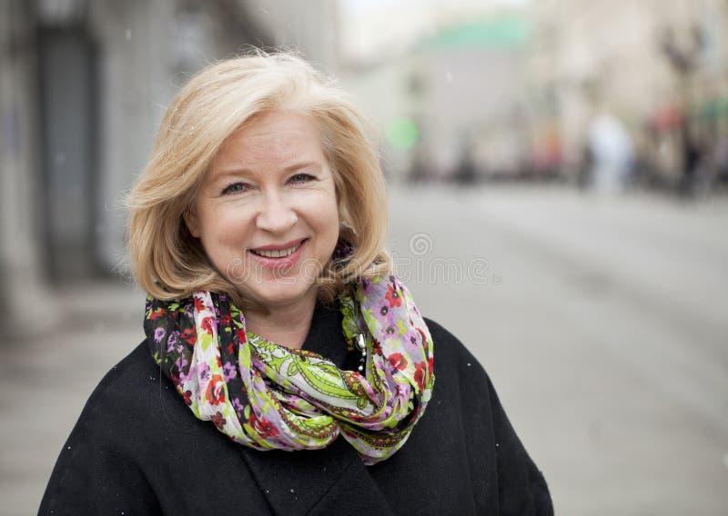 Gelukkig portret van een bejaarde blondevrouw royalty-vrije stock foto